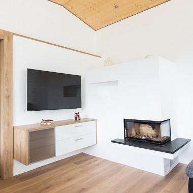 Wohnzimmer TV und Kamin